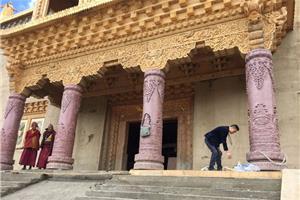 中国红雕刻石柱